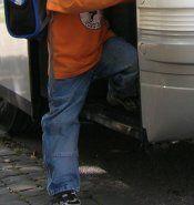 Überfüllte Schulbusse - Kinder müssen stehen