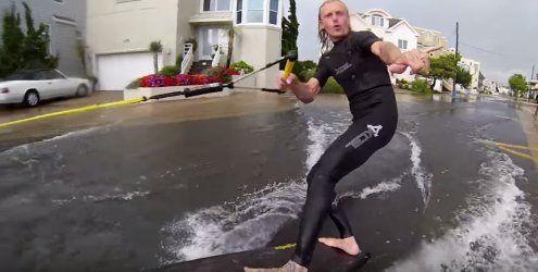 Das beste daraus machen: Durch überschwemmte Straßen surfen