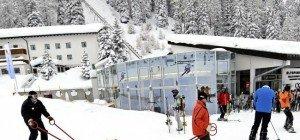 Lech: Skifahrer fährt in wartende Gruppe – Fahrerflucht