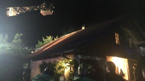 Großeinsatz der Feuerwehren nach Dachstuhlbrand in Gisingen