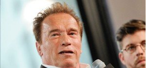 Elefant legt sich mit Arnold Schwarzenegger an