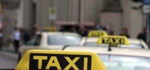 Salzburger gerät mit Taxifahrer in Streit und tritt gegen Pkw