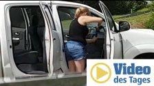 Alles wird sauber! Frau wäscht Autoinnenraum