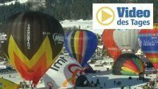 Bunte Heißluftballons vor traumhafer Bergkulisse