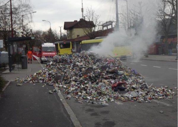 Nach Explosion: Altmetall-Lkw kippt Ladung auf Straße