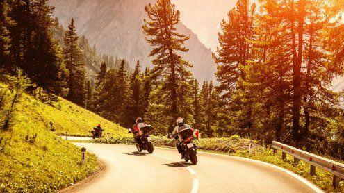 Markierungen sollen Kurven für Motorradfahrer sicherer machen