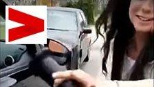 Frau repariert Delle mit Dildo